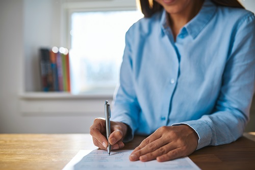 ein Testament unterschreiben